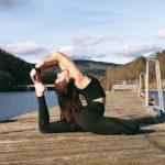 Anais fait du yoga sur le ponton d'un lac