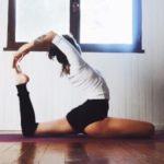 Position de yoga dans une pièce