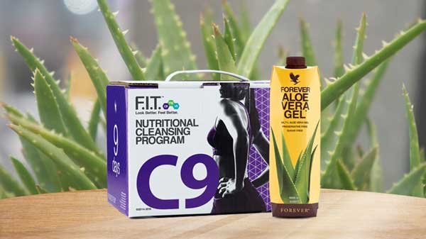Nutritional cleansing program C9 avec une bouteille aloe vera gel. En fond des feuilles d'aloe vera